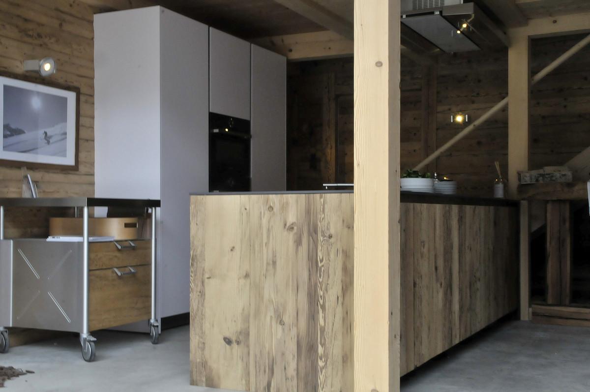 k che modern mit altholz geschirrsp ler ikea k che r ckwand spritzschutz bei roller. Black Bedroom Furniture Sets. Home Design Ideas
